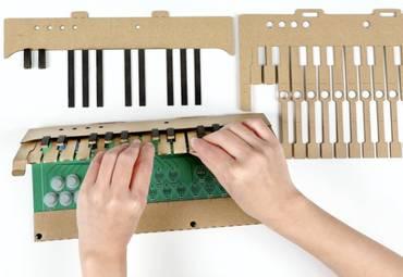 Это картонное пианино DIY синхронизируется с вашими любимыми музыкальными приложениями MIDI